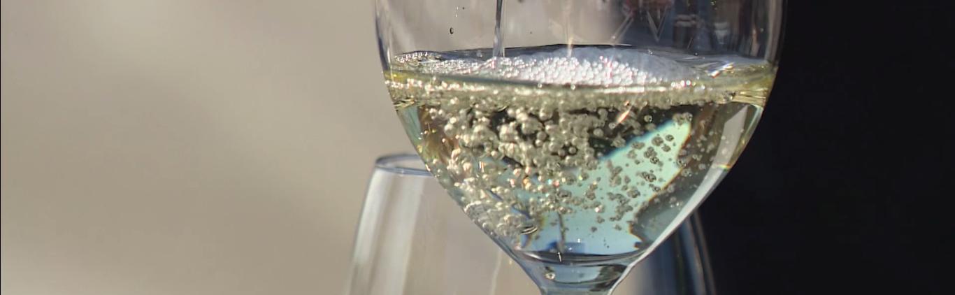 Bijzonder glas wijn bij Strandrestaurant our Seaside
